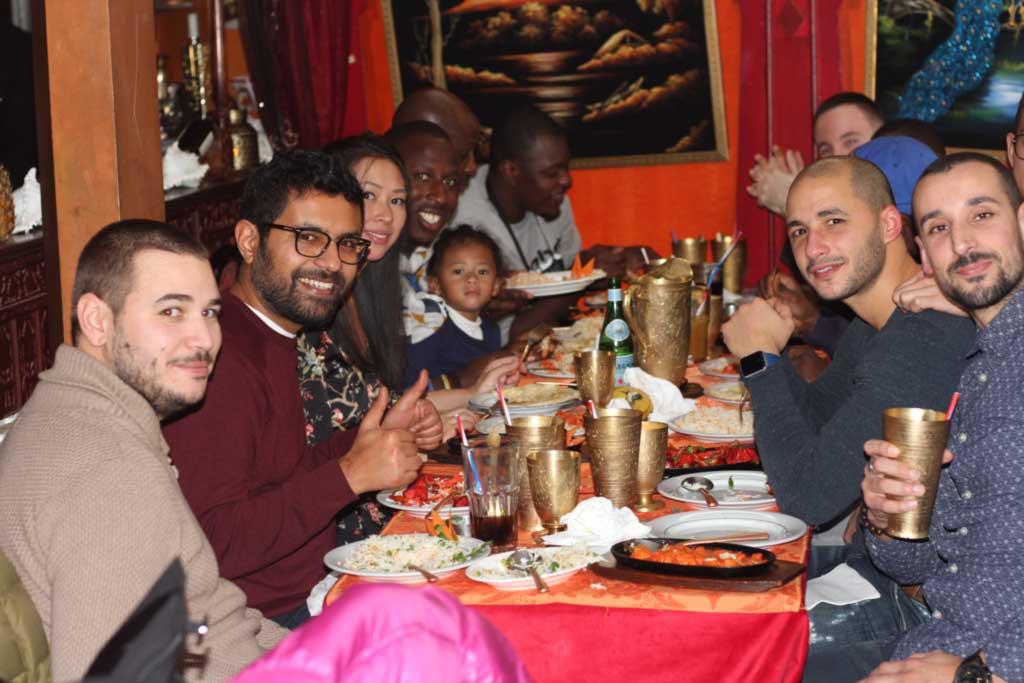les meilleurs amis au restaurant indien